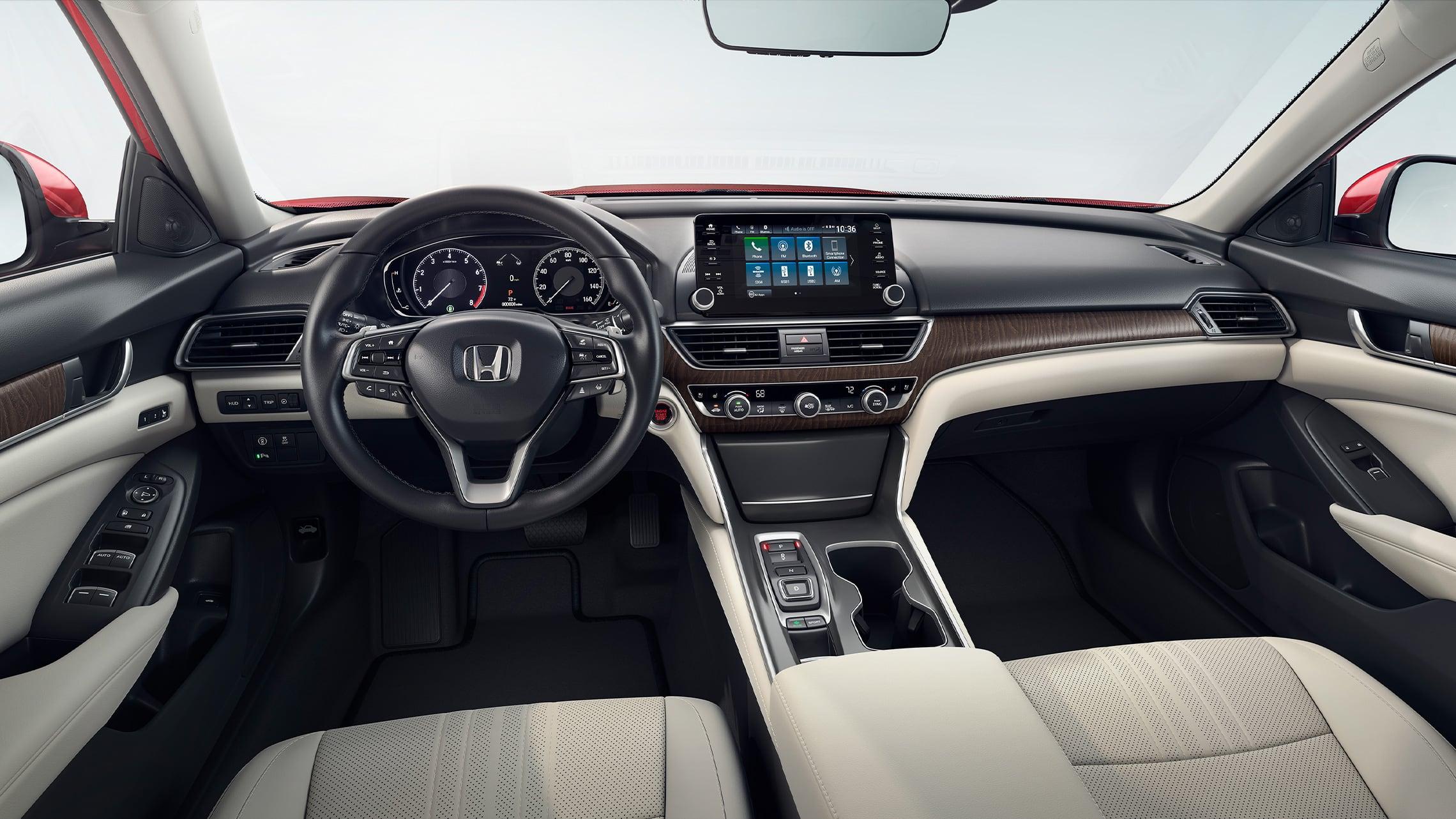 Vista desde el interior de los asientos delanteros y el tablero en el Honda Accord Touring2.0T2021 con Ivory Leather.