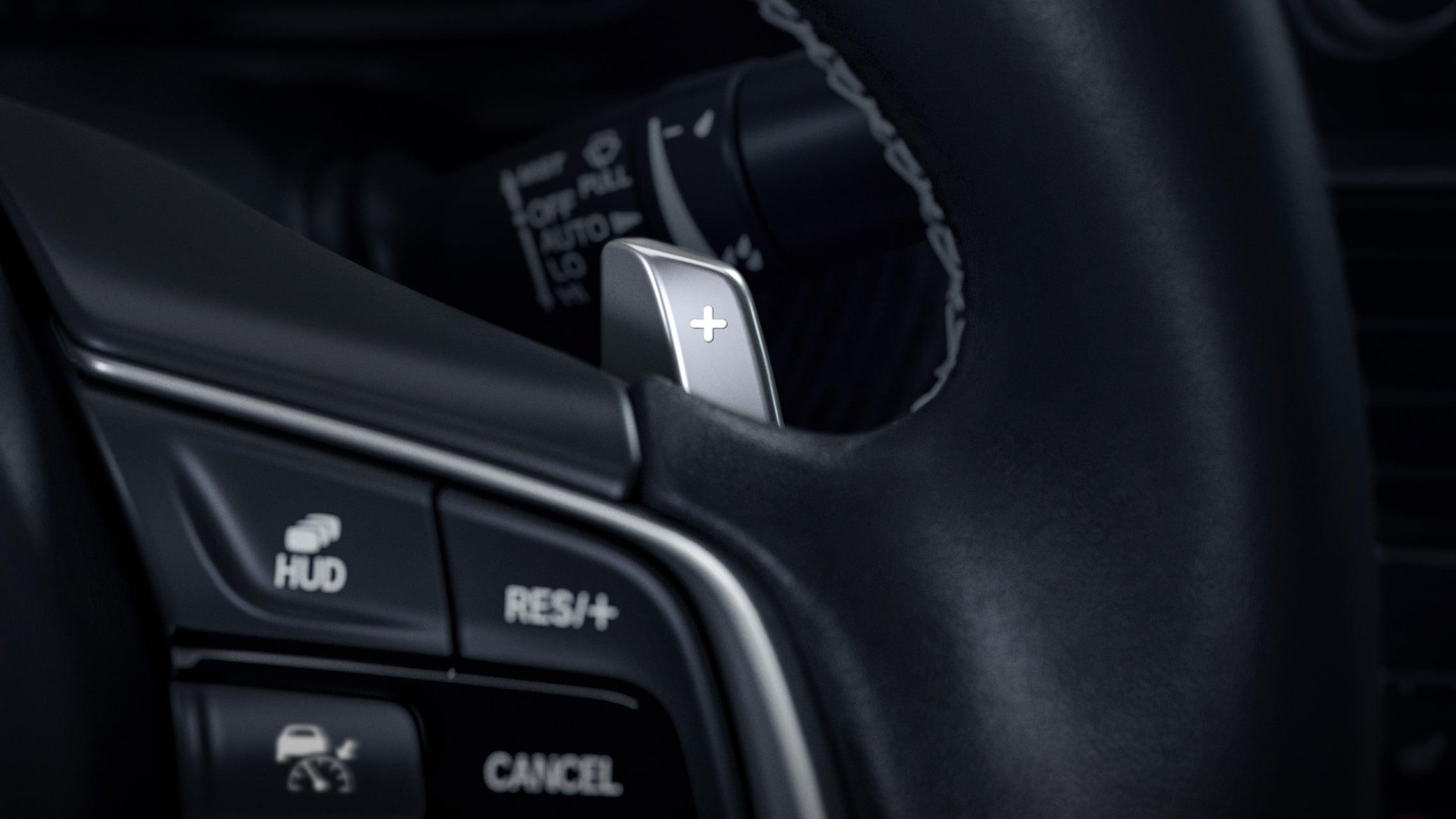 Detalle del mando de transmisión montado en el volante del Honda Accord Touring2.0T2021.